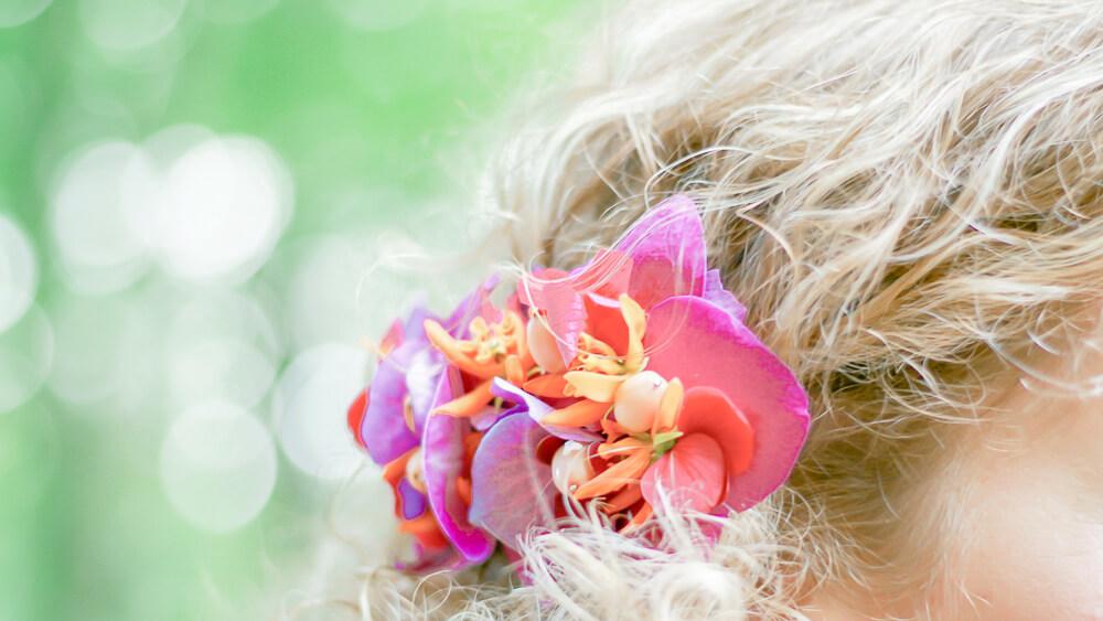 Pre-wedding Lijn 10, bos, loveshoot, haarknip met bloemen, trouwen, fotografie, Lijn 10, Zuidhorn