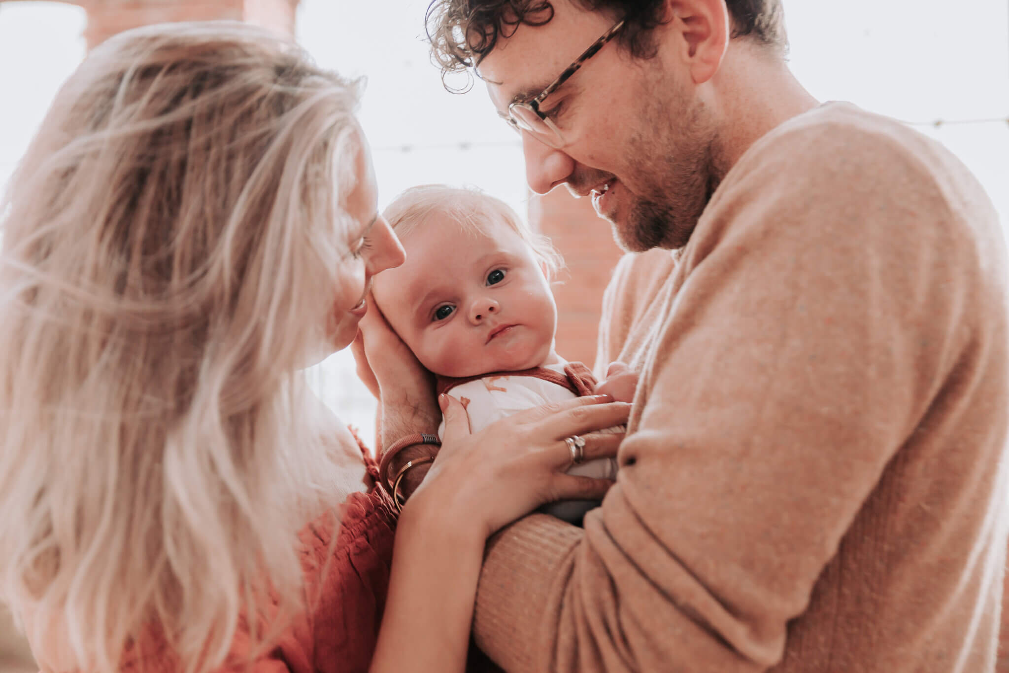 Baby fotoshoot Groningen, ouders met baby fotoshoot Groningen, mama en papa met baby fotoshoot Groningen, inudstriele locatie, industrieel, motherhood, Haren, Zuidlaren, Ten Boer, Grijpskerk